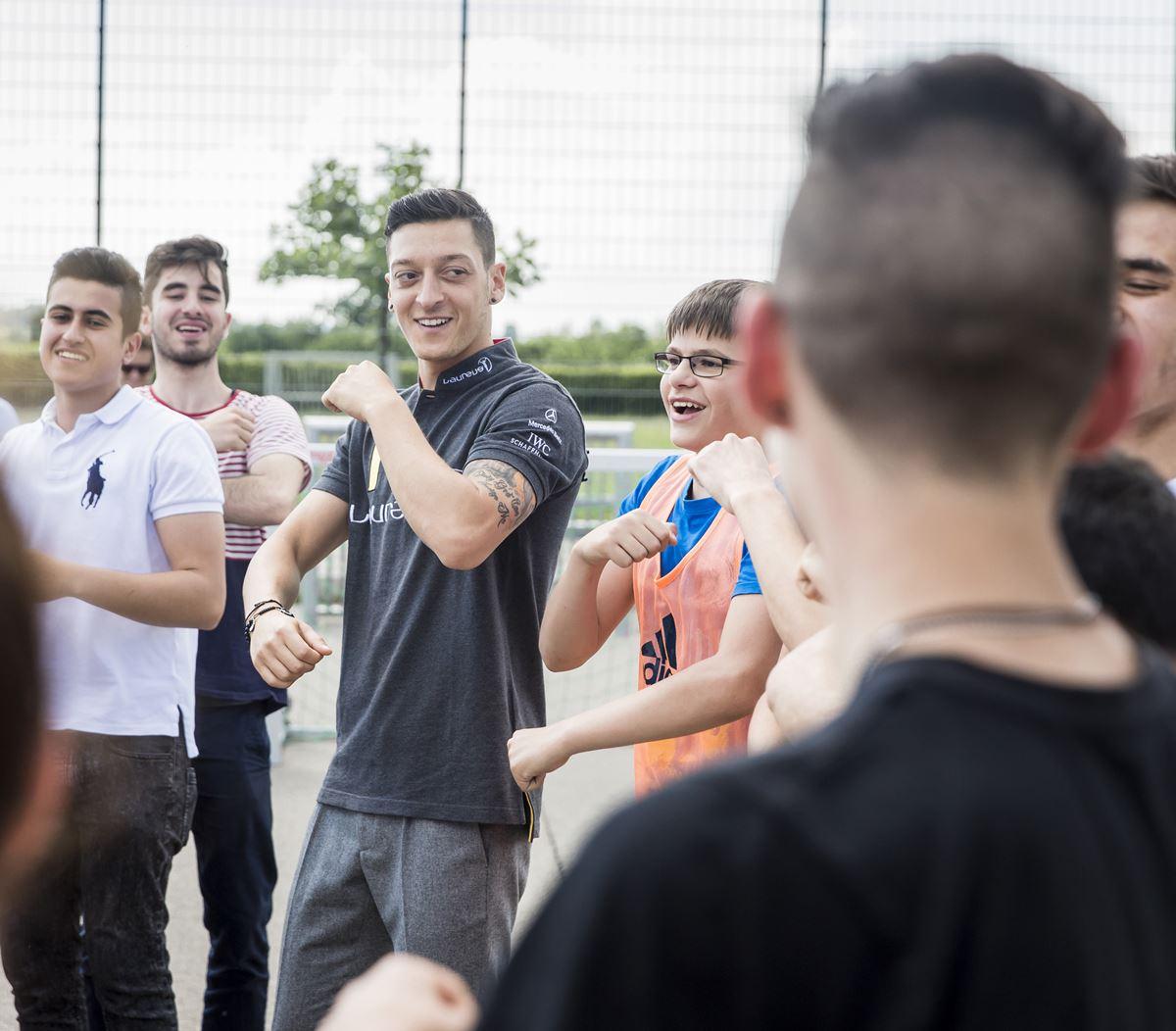 Mesut Özil soziales Sportprojekt KICKFORMORE Laureus Sport for Good